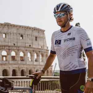 """Qui Bernardo è a Roma, di fronte al Colosseo, all'arrivo dell'evento sportivo """"Road to Rome 2020"""" che organizza assieme ai suoi amici Andrea Vidotti e Roberto Zanlorenzi per promuovere l'integrazione sociale della disabilità, recandosi da Treviso a Roma in bici"""