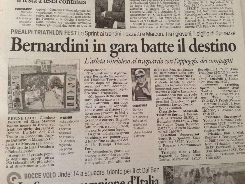 """Il titolo dell'articolo del Gazzettino di Treviso è: """"Bernardini in gara batte il destino"""". viene posto l'accento di come l'atleta sia arrivato al traguardo con l'appoggio dei compagni di squadra, il Treviso Triathlon ASD"""