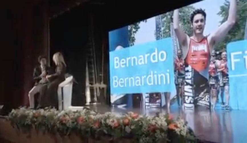 Bernardo sul palco assieme a Nelly Pellin mentre lo intervista durante la serata di premiazione di consegna delle borse di studio da parte di Centro Marca Banca