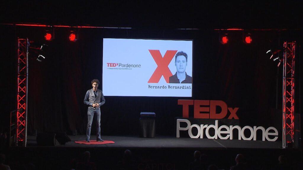 Bernardo mentre racconta le vicende della sua vita al tedX Pordenone