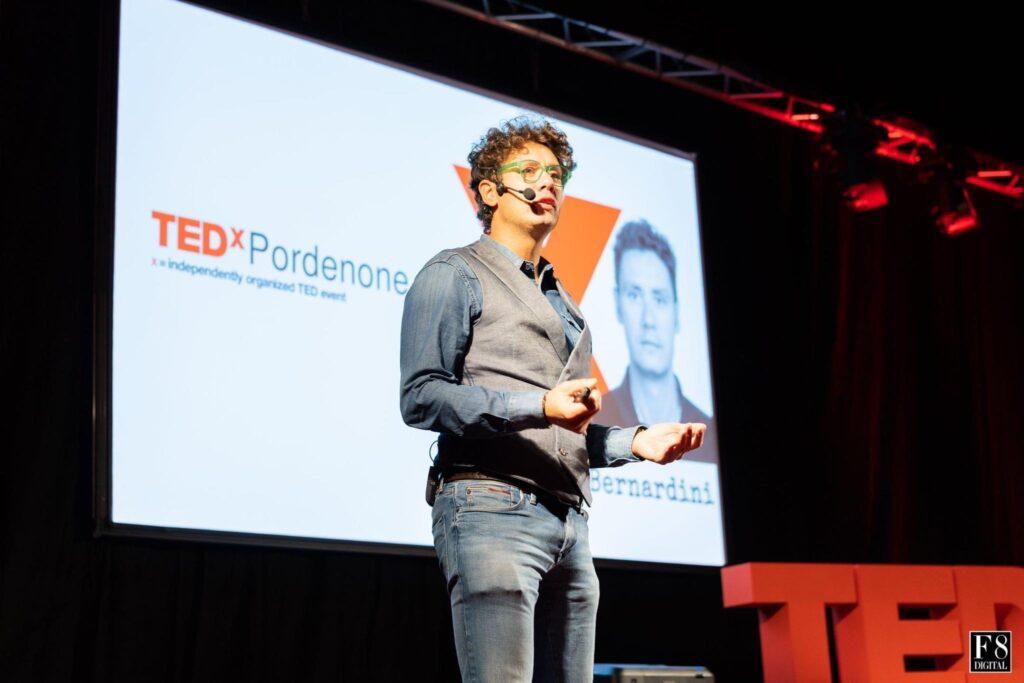 Bernardo mentre si presenta al pubblico del TedX Pordenone
