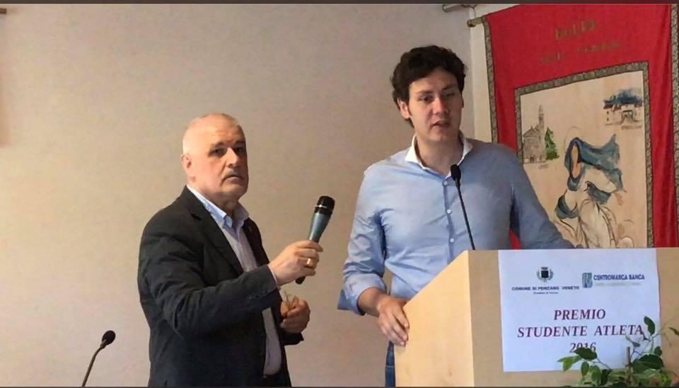 Foto che ritrae Bernardo mentre racconta la sua storia agli studenti premiati con borsa di studio a Ponzano Veneto