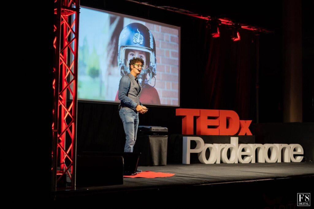 Bernardo sul palco del TedX di Pordenone mentre commosso racconta la sua passione per il volo che aveva da bambino
