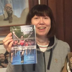 """mi mamma Tiziana tiene in mano una copia del mio libro """"finalmente corro"""" il giorno in cui mi sono stati consegnati per la prima volta le copie cartacee"""