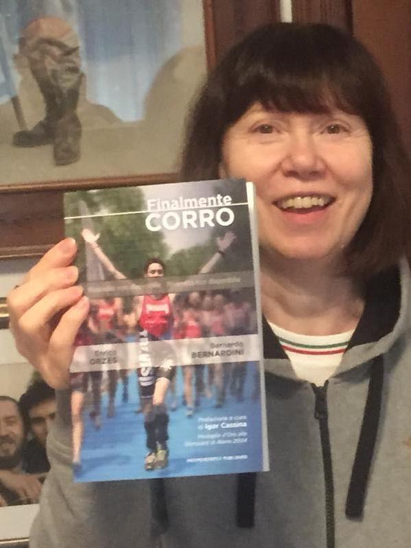 la mamma di Bernardo tiene in mano sorridente la prima copia stampata del libro