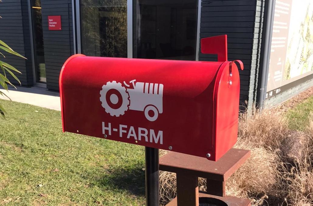 La cassetta delle lettere rossa in stile americano che si trova all'ingresso di H Farm