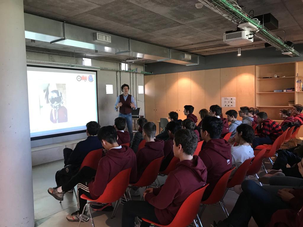 Bernardo mentre racconta la sua storia agli studenti di H Farm International school