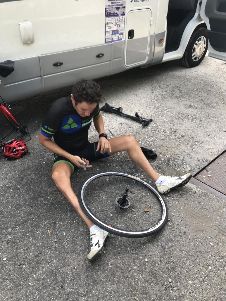 durante la prima pedalata verso Roma bernardo buca poco fuori Ferrara e si siede per terra intento a riparare il copertone forato